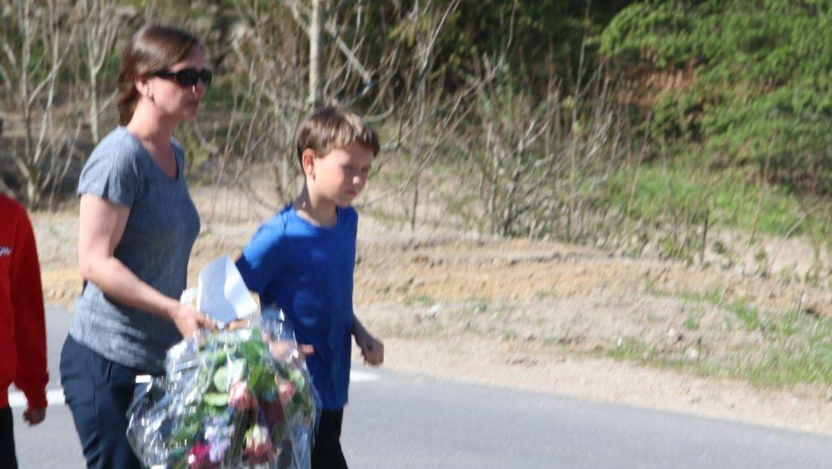 Der blev lagt massevis af blomster på Constantinborg efter det brutale angreb. KLIK VIDERE OG SE ALLE BILLEDERNE. Foto: Øxenholt Foto