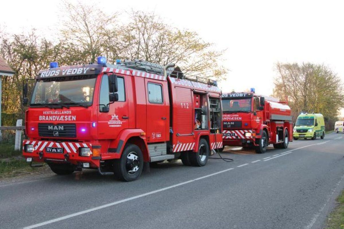 Politi og brandvæsen bekæmpede branden søndag. KLIK VIDERE FOR FLERE BILLEDER. Foto: Presse-fotos.dk