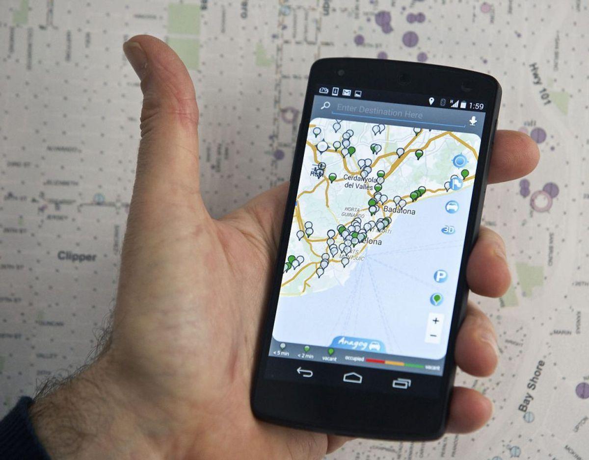 63 procent svarer, at de betjener GPS, mens de kører bil. Foto: Scanpix