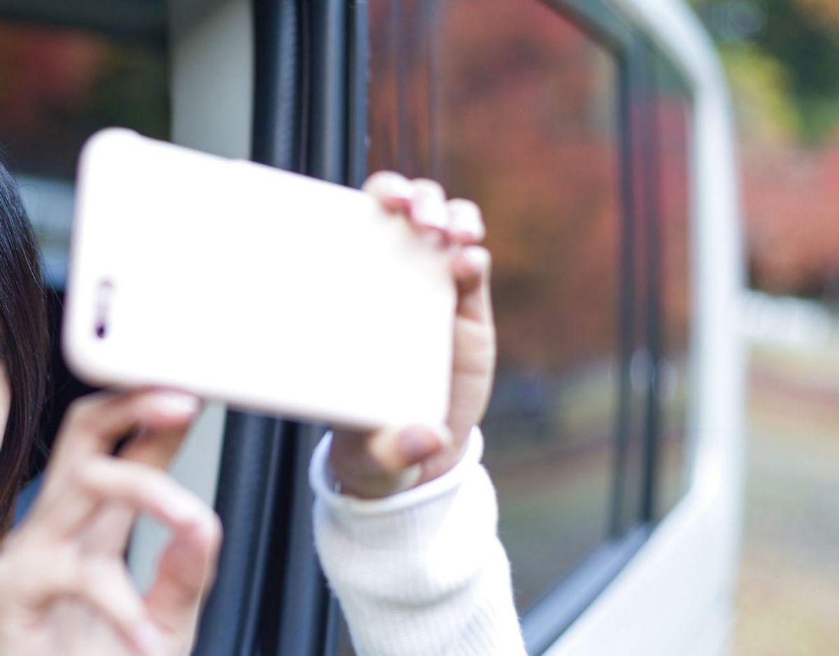 17 (!!!) procent svarer, at de tager billeder, mens de kører bil. Foto: Scanpix