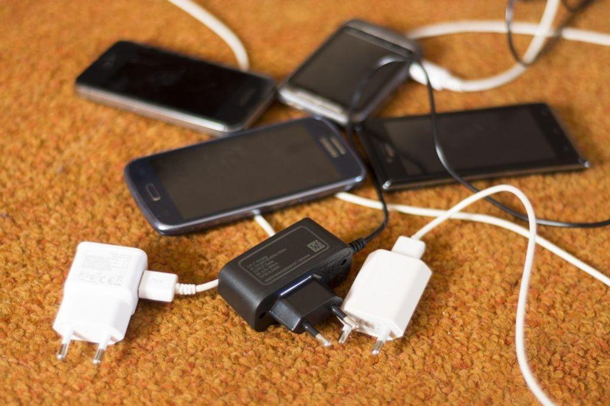 Hvordan oplader du din telefon? Gør du det forkert, kan det koste dig livet. KLIK VIDERE I GALLERIET OG BLIV KLOGERE. (Foto: Shutterstock)