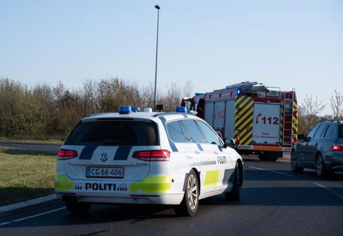 To personer blev kørt på hospitalet efter et solouheld. KLIK for flere billeder. Foto: Presse-fotos.dk.