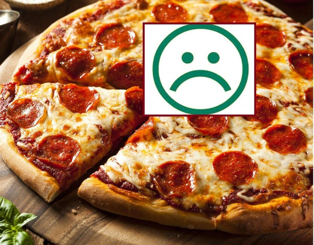 Den sure smiley får Bambino Pizza blandt andet for at ryge i køkkenet og manglende egenkontrol. Arkivfoto: Scanpix/Newsbreak.dk.