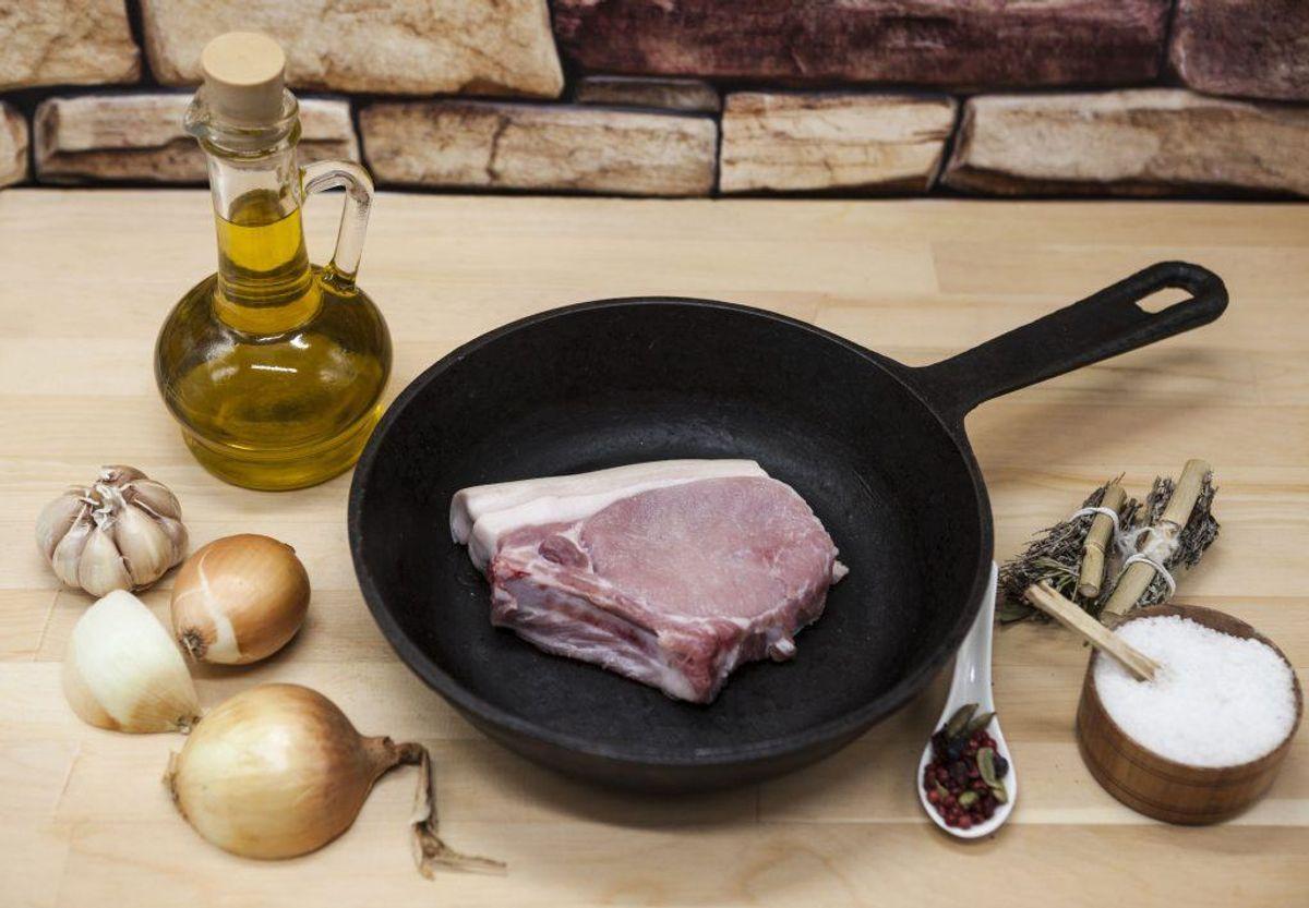 Er der rust på dit køkkengrej af støbejern? Rens den med en køkkensvamp og vask den med opvaskemiddel. Smør den ind i olie og bag den i ovnen i en time ved 180 grader. Tør overskydende olie af. Foto: Colourbox.