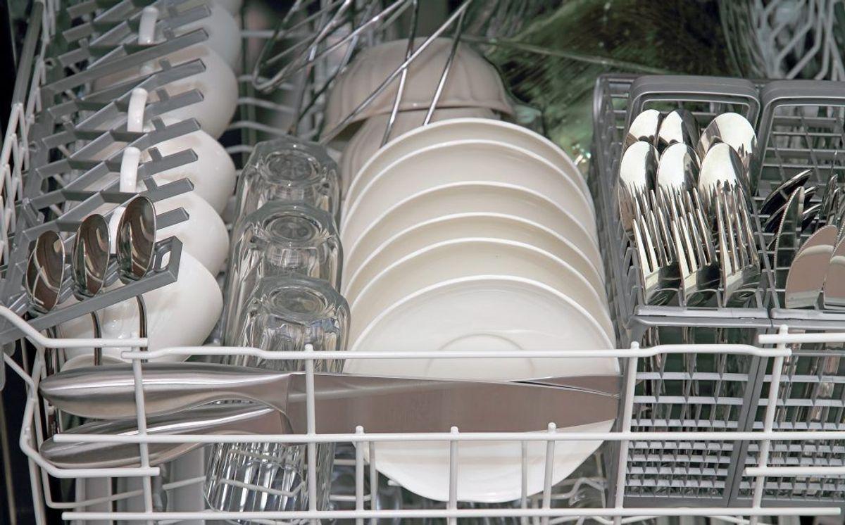 Er dine glas hvide i stedet for klare efter opvask: Læg dem i vineddike, rengør i bagepulver og tør af med en tør mikrofiber klud. KLIK for næste. Foto: Colourbox.