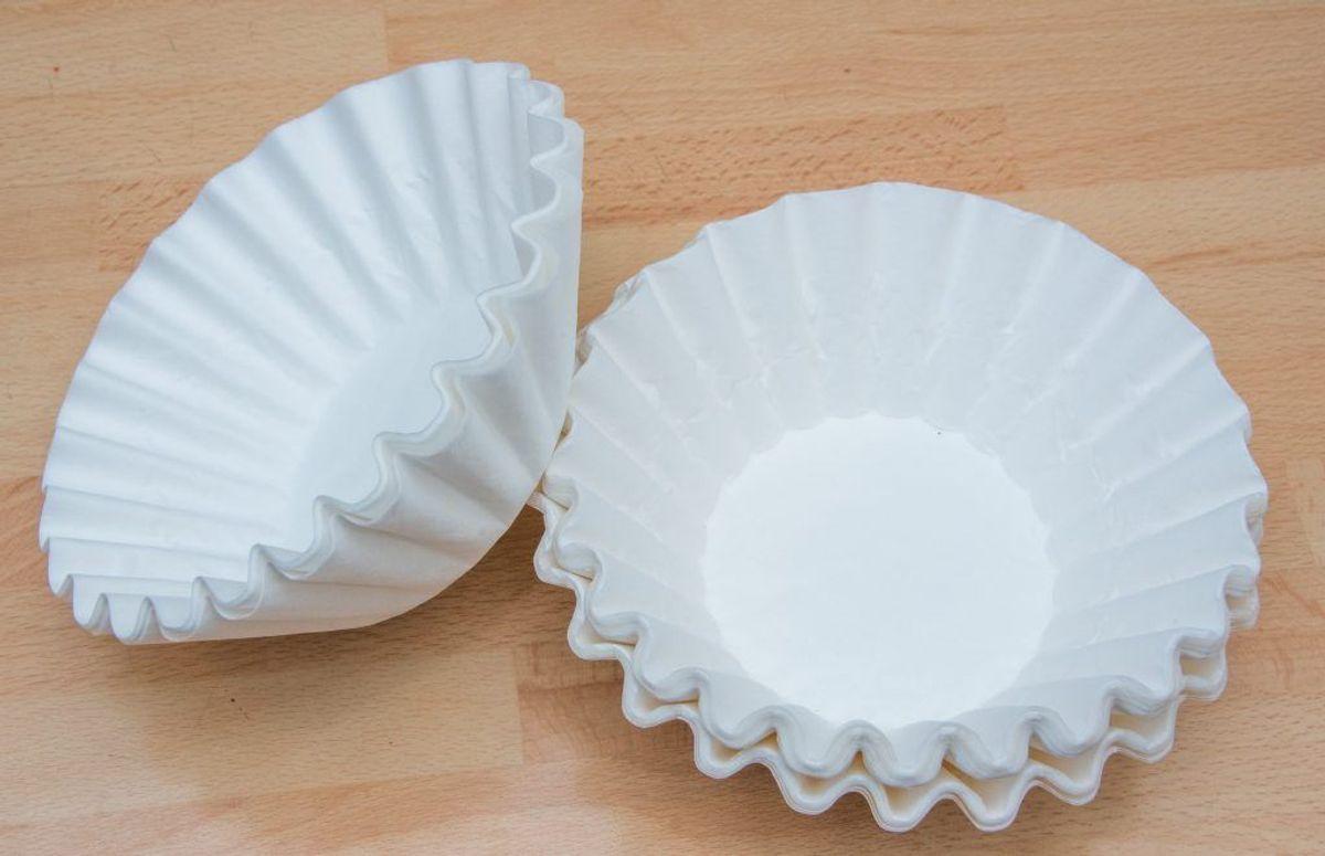 Et kaffefilter kan bruges til andet en kaffe. Brug det til at få et skinnende spejl. Du kan også bruge papir-håndklæder. KLIK for næste (fede) råd. Det handler om glas, der ikke kan blive rene i opvaskemaskinen. Foto: Colourbox.