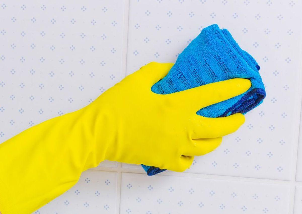 Et skinnende badeværelse får du sådan her: Trekvart kop klorin blandet med knap fire liter vand. Brug en stiv børste. Lad det sidde noget tid, før du vasker eller tørrer det af. HUSK handsker. Foto: Colourbox.