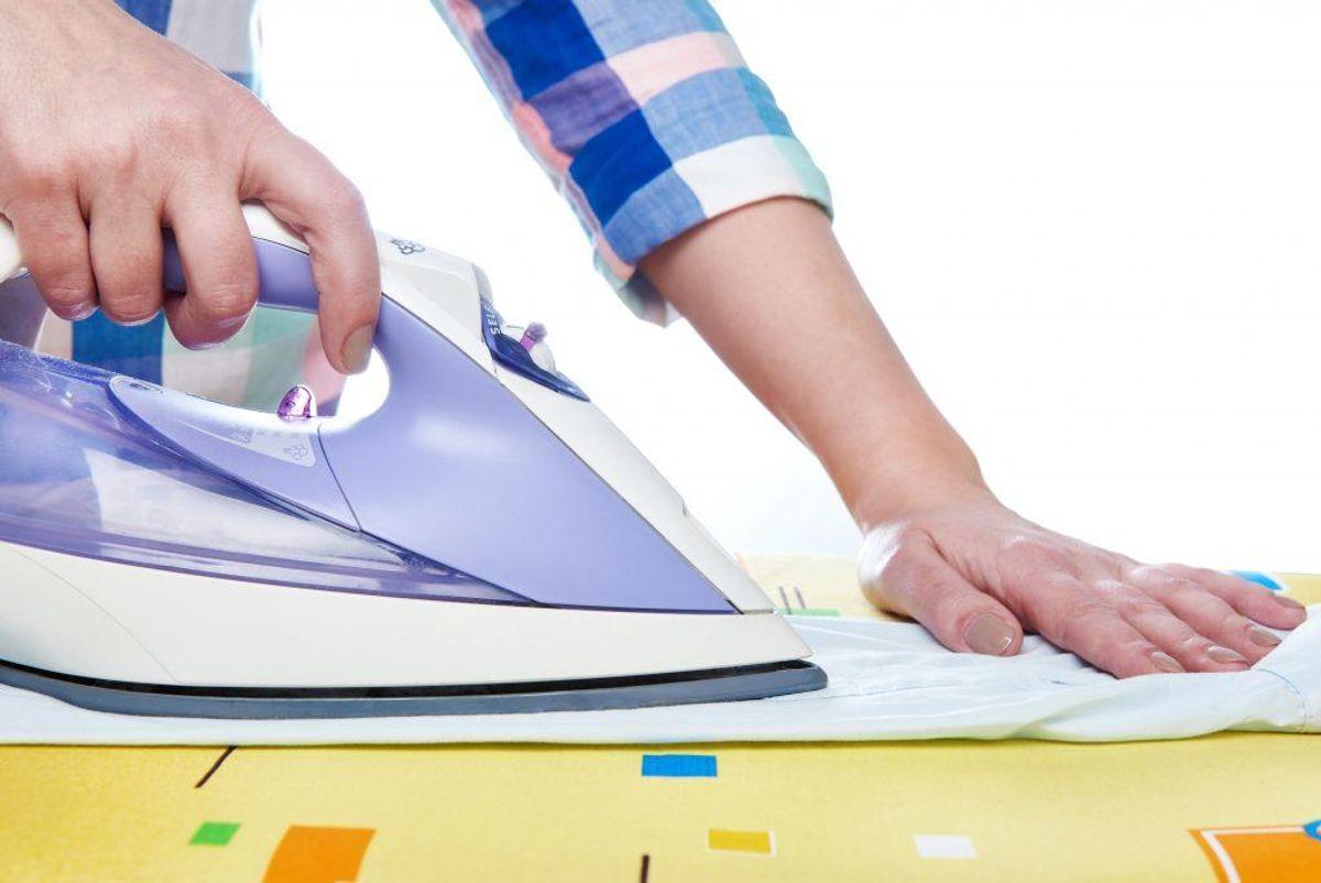 Stryg dit tøj, mens det er fugtigt. Så er det lettere at få styr på 'rynkerne'. Du kan selvfølgelig også bruge et dampstrygejern. Foto: Colourbox.