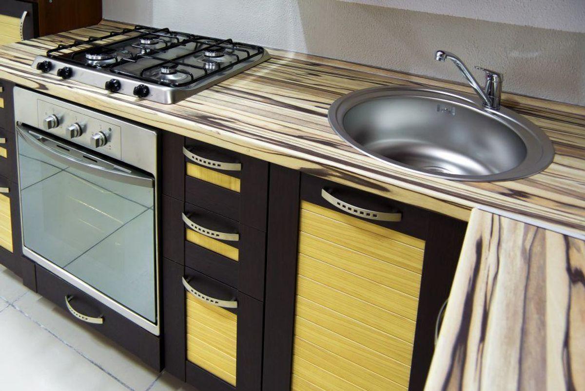 Er køkkenbordet af træ, samme fremgangsmåde som på et skærebræt. Citron og salt. Foto: Colourbox.