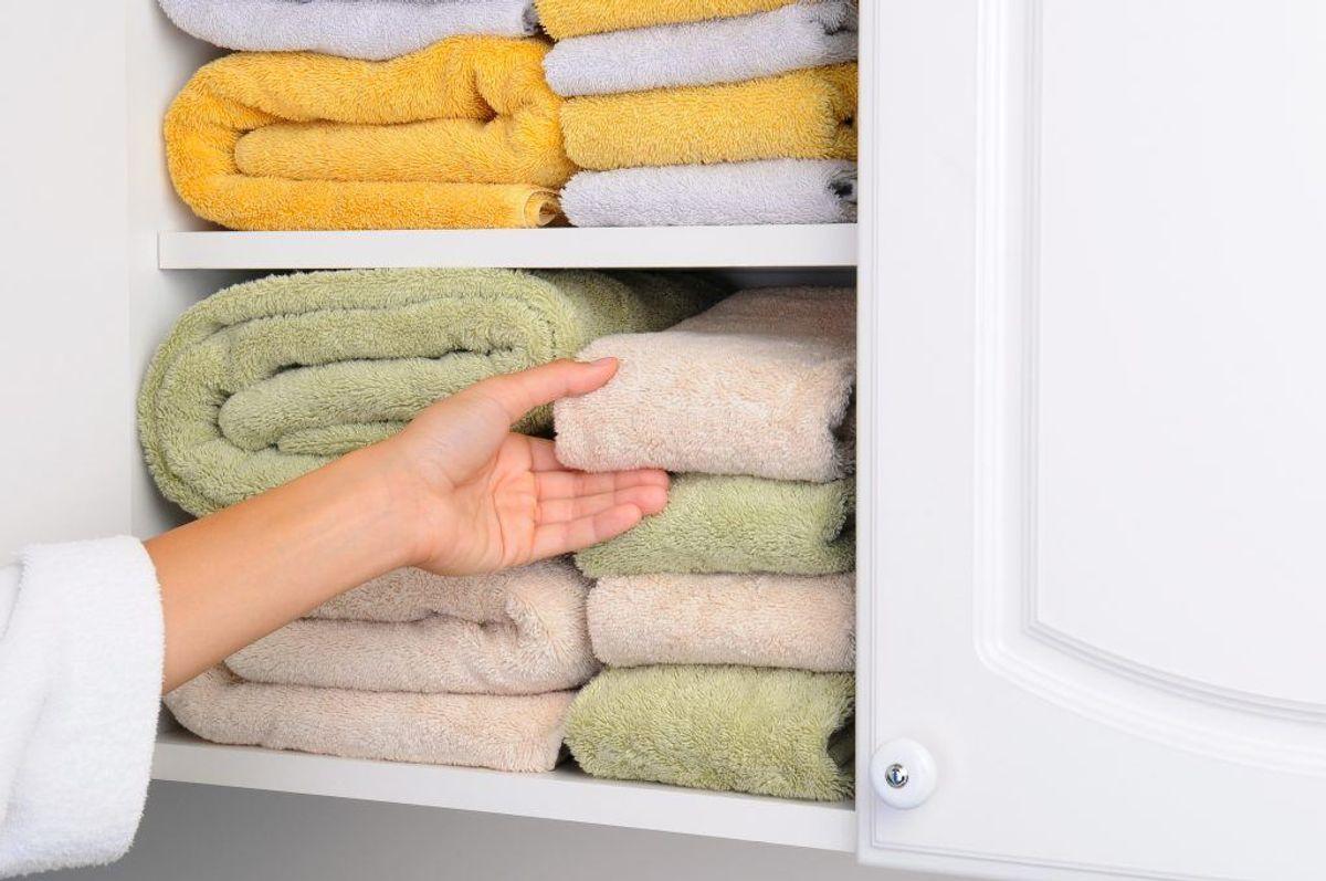 Et skab med håndklæder og sengetøj kan sagtens lugte. Igen: Hav en åbenstående pakke bagepulver i skabet. Foto: Colourbox.