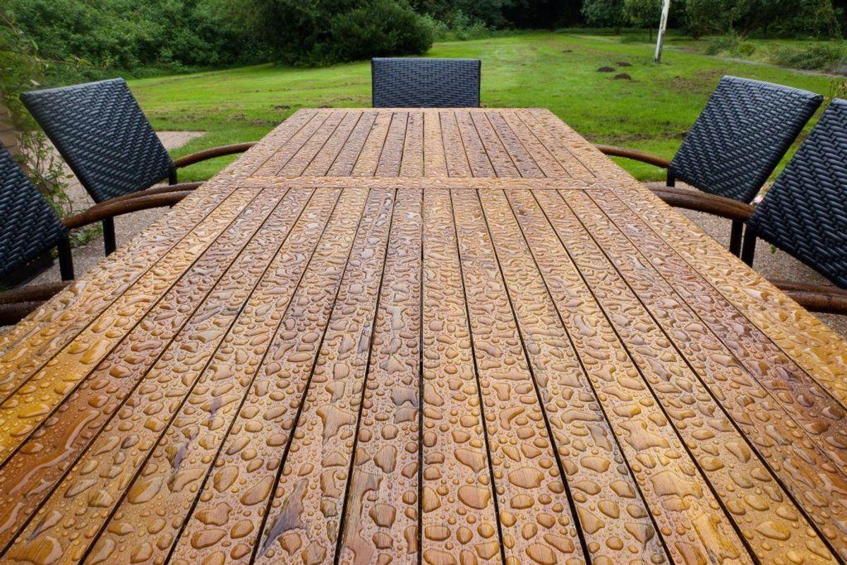DIne træmøbler i haven kan rengøres med opvaskemiddel og varmt vand på en klud. Spul dem med haveslangen. Foto: Colourbox.