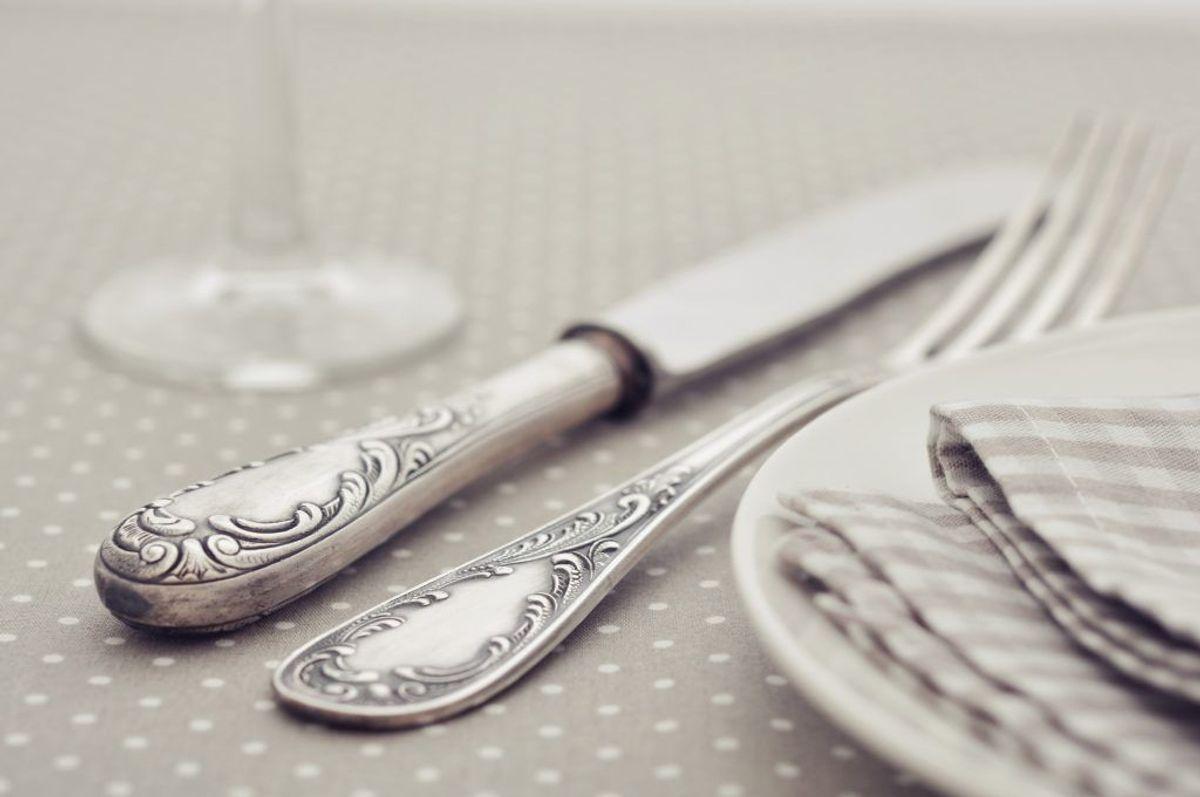 Er dit sølvtøj blevet sort? Så er det frem med tandbørste og -pasta. Skyld med vand og tør med en ren klud. Foto: Colourbox.