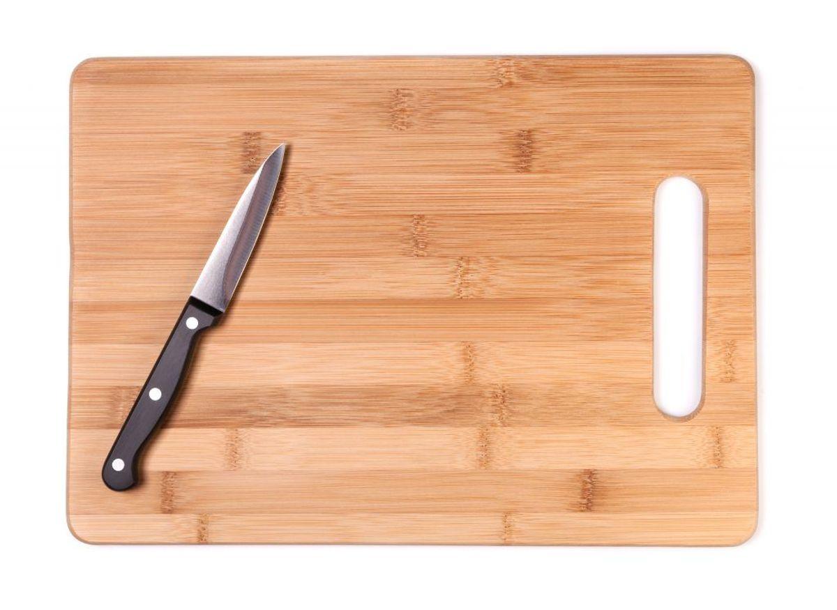 Mad og lugt på dit skærebræt kan fjernes ved at gnide det med citron. Er det ikke nok, så hæld salt eller bagepulver på brættet, inden du bruger citronen. Foto: Colourbox.