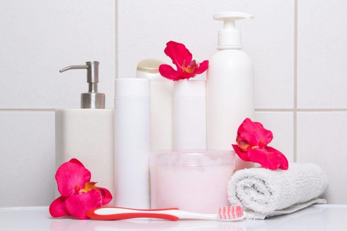 Hvis der som udgangspunkt er ordentligt på badeværelset, holder man den ubevidst. Krukker og glas til tandbørster, vatrondeller osv er derfor en god ide. Foto: Colourbox.