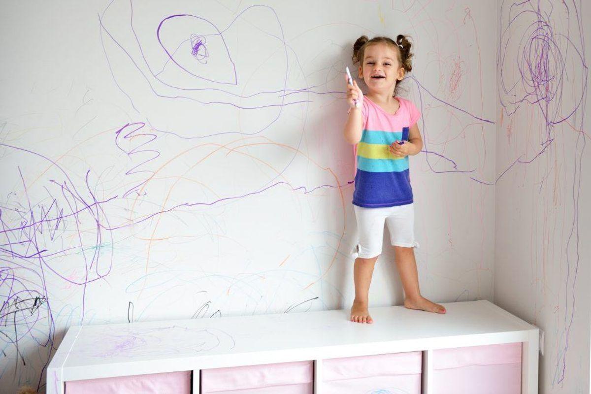 Er øglerne gået amok med farvekridt på væggen, så skal du igen have fat i dit bagepulver. Gnid let på det med en svamp, hvor du har hældt pulveret på. Foto: Scanpix.