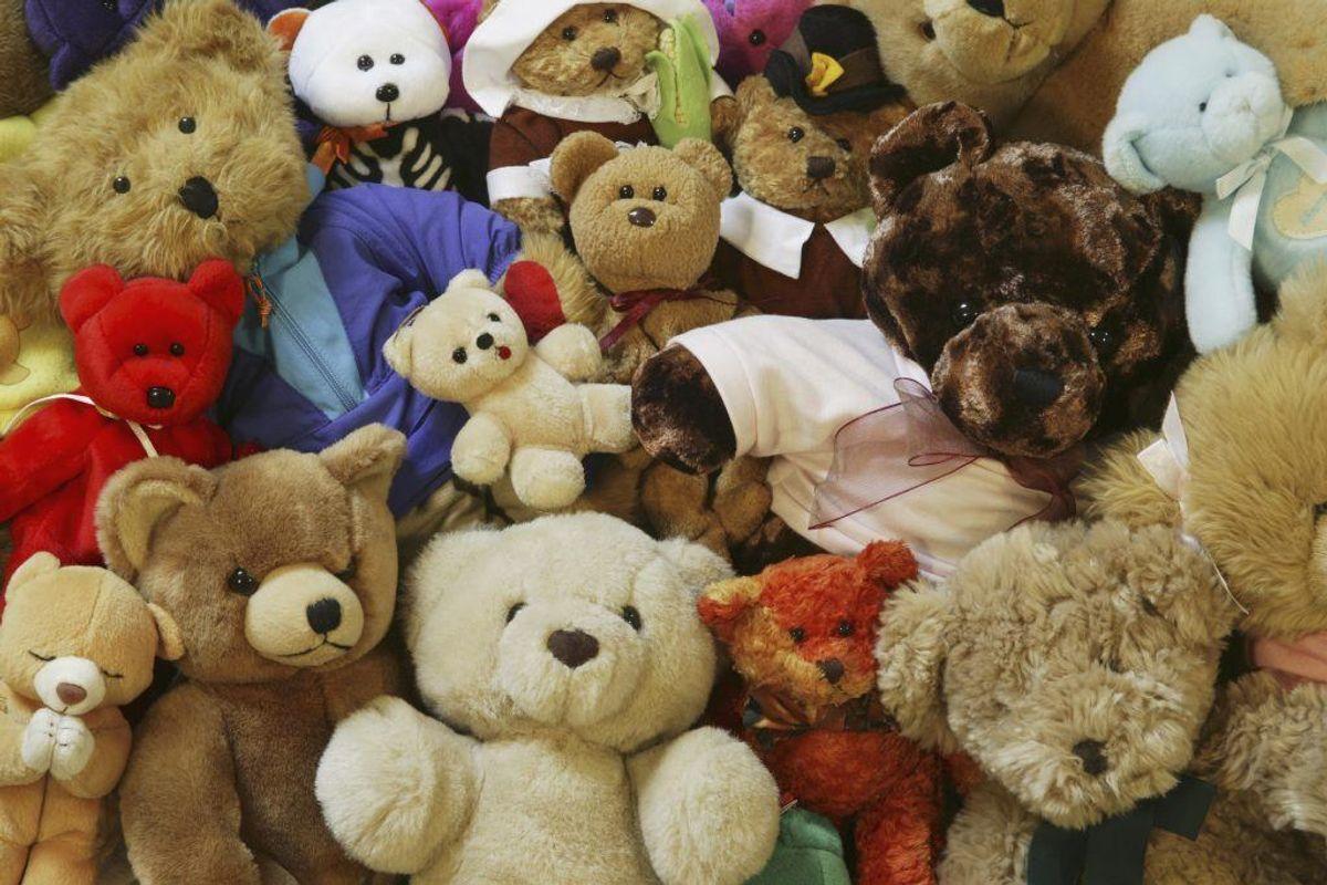 Børnenes bamser kan godt være de rene støvfangere. Rul dem over med en fnugrulle. Foto: Colourbox.