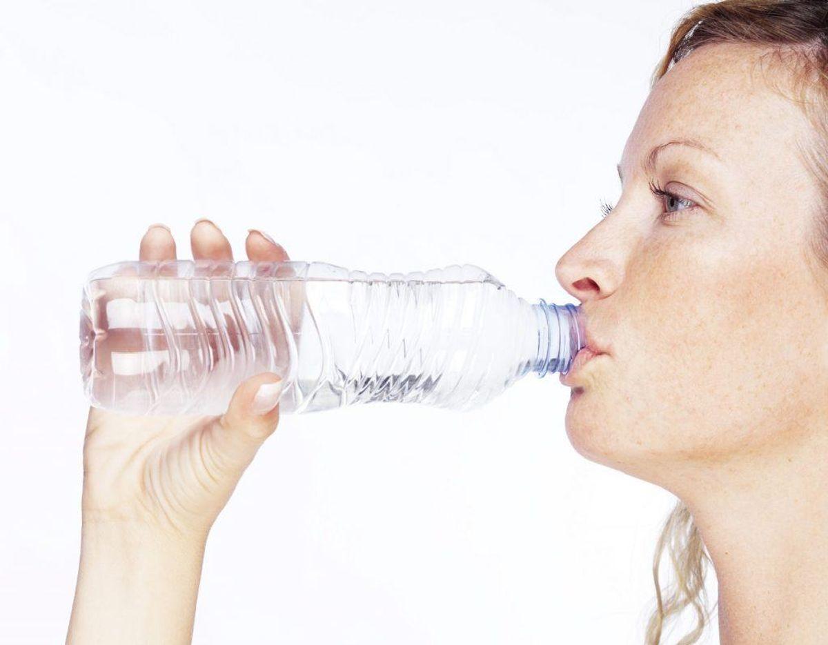 Kan du mærke, at du er ved at få halsbrand, mens du spiser, skal du stoppe med at spise. Drik i stedet meget vand. Foto: Colourbox. Kilde: Samvirke