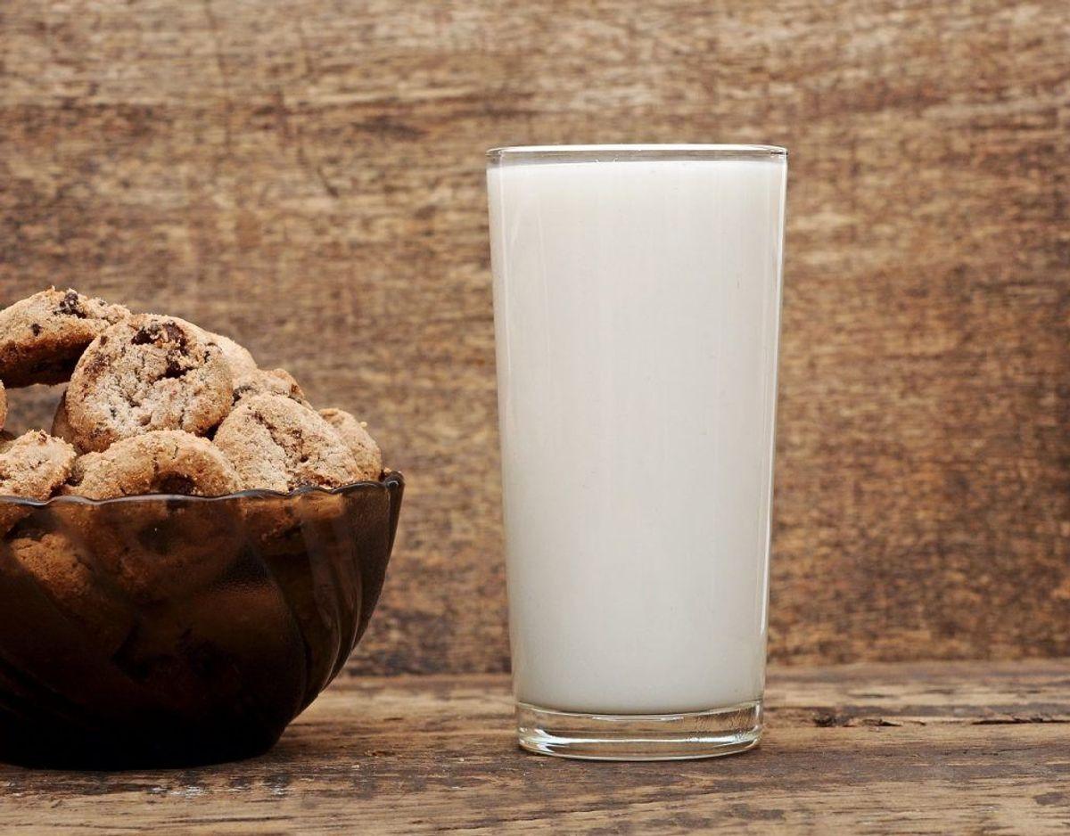 Et glas mager mælk som minimælk eller skummetmælk kan tage den værste brændende fornemmelse. Foto: Colourbox. Kilde: Samvirke