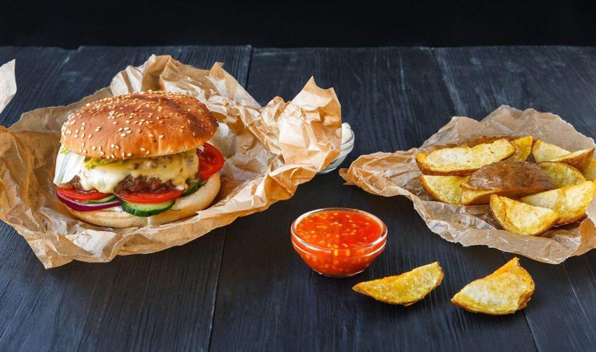 Burgerpapir kan være et problem ligeså. Hvis du bestiller mad udefra i enten papbokse eller papir, så kan de indeholde de giftige stoffer. Foto: Scanpix