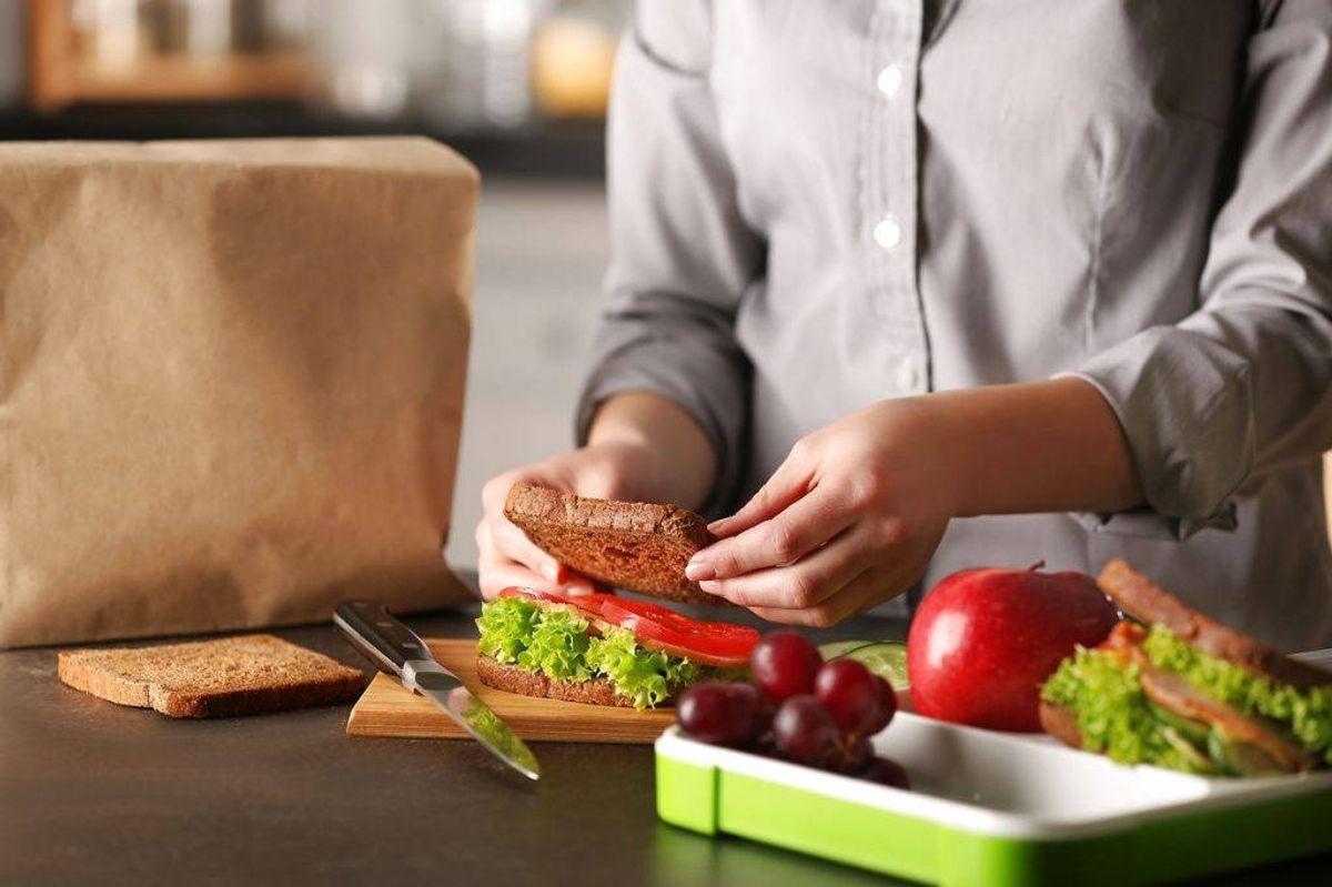 Når du laver madpakker, så kan madpapir og mellemlægningspapir indeholde de farlige stoffer. Foto: Scanpix