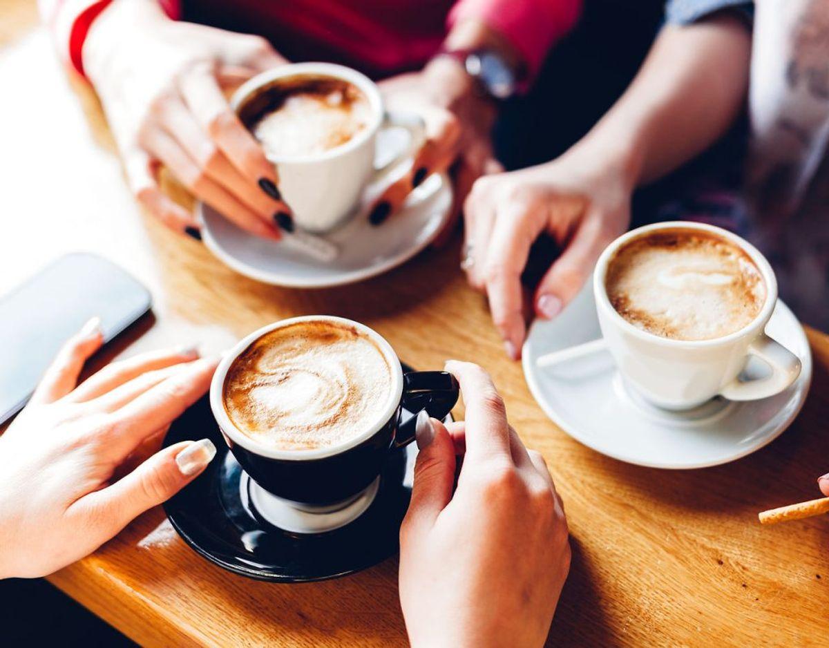 Drik højst tre kopper kaffe om dagen, og begræns mængden af koffeinholdige drikkevarer.