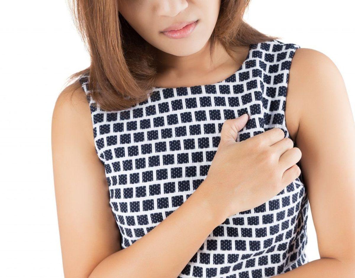 Symptom nummer 7: Knuder eller hævelser – Knuder og hævelser kan opstå overalt på kroppen. Det er vigtigt, at du går til lægen, hvis du mærker en knude eller hævelse, også selvom det ikke gør ondt.