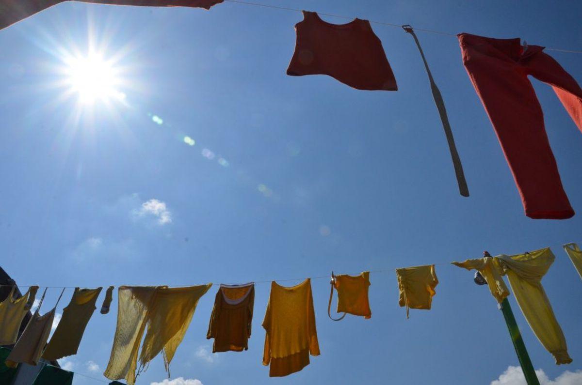 Tør tøjet udendørs. Vådt vasketøj skal så vidt muligt hænges til tørre udendørs. Luftfugtigheden kan let stige til 80 procent, når du tørrer tøj indenfor. Sørg for, at vanddampen kan slippe ud via god ventilation eller et åbent vindue, så der ikke kommer fugtproblemer i rummet – til skade for både huset og helbredet. Foto: Colourbox.