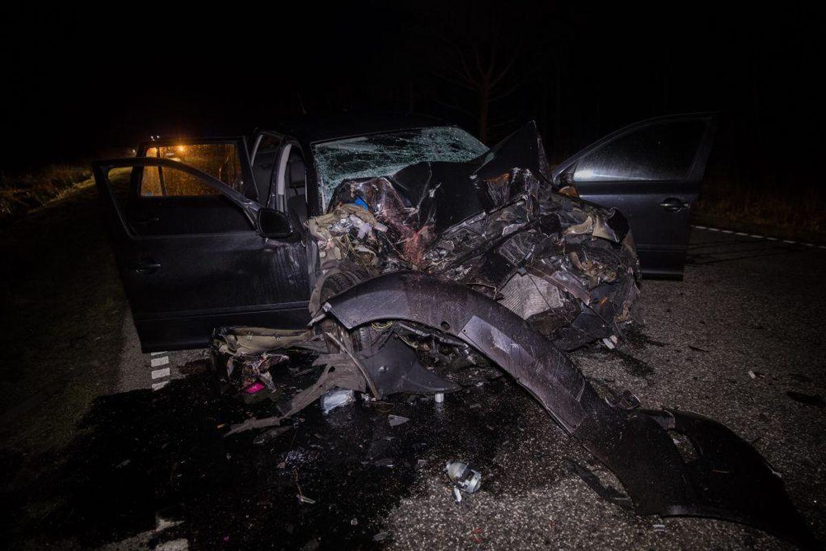 Personbilen blev efter mødet med frontlæsseren slynget over i den forkerte kørebane, hvor den bliver ramt af en modkørende bil. Foto: Rasmus Skaftved.