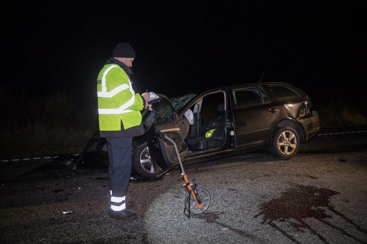 En bilinspektør bvlev tilkaldt for at undersøge de nærmere omstændigheder omkring trafikulykken. Foto: Rasmus Skaftved.