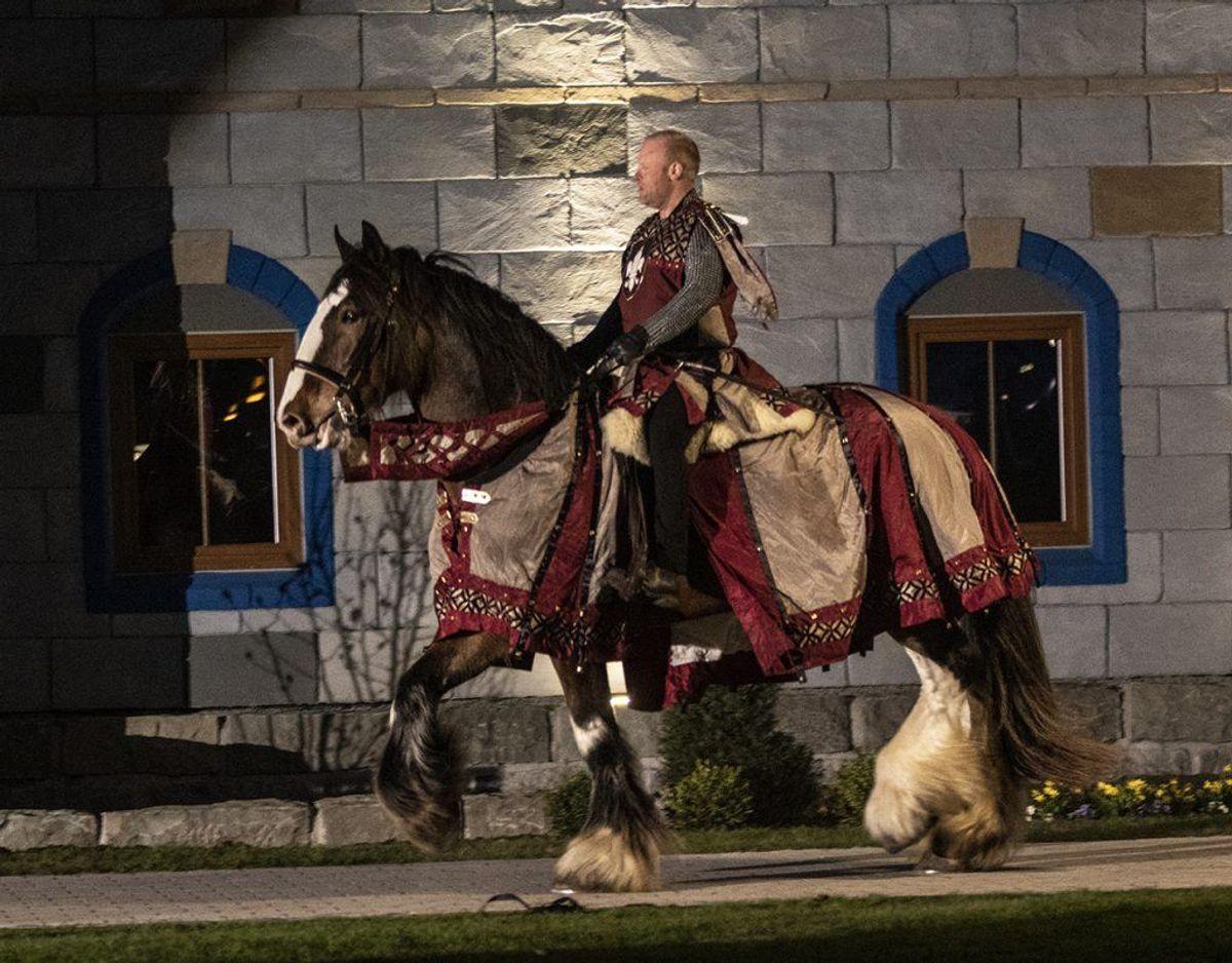 En stolt ridder højt til hest ankommer til festen. Foto: René Lind Gammelmark