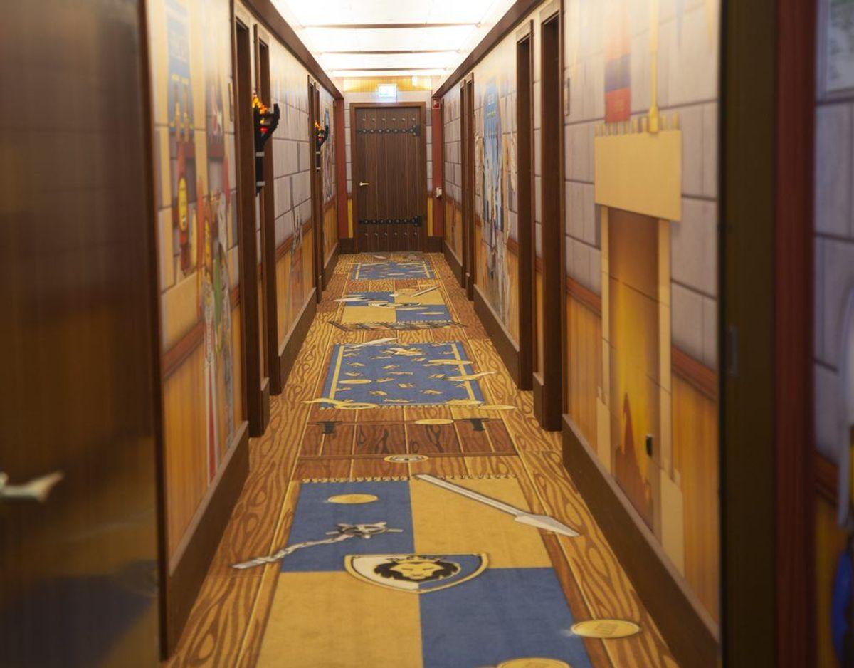 Et kig ind i en af gangene på det tematiserede hotel. Foto: René Lind Gammelmark