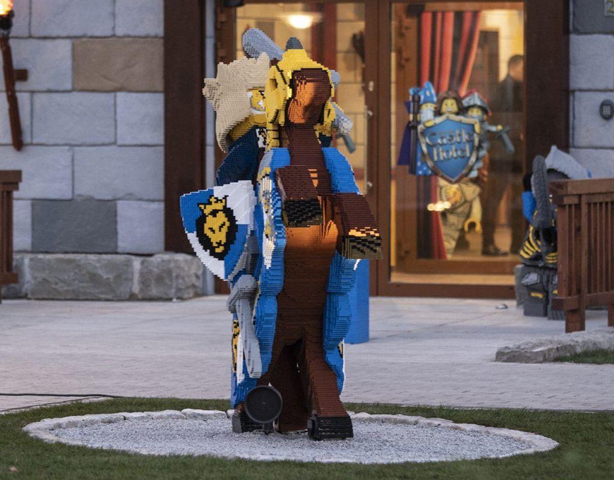 Masser af Lego-figurer pryder rundt på hotellet. Foto: René Lind Gammelmark
