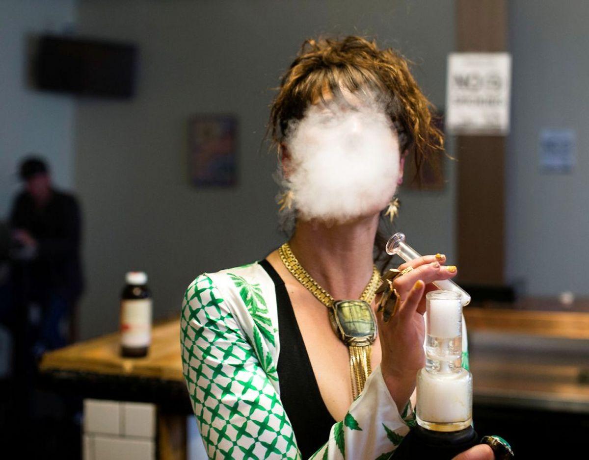 Smertelindring med medicinsk cannabis: Terminale patienter skal fremover kunne få gratis medicinsk cannabis. Det har regeringen og Dansk Folkeparti aftalt. Ikke-terminale patienter, der har recept på medicinsk cannabis, får tilskud på 50 procent. Tilskuddet træder i kraft 1. januar 2019. Men det kommer til at fungere med tilbagevirkende kraft, så folk kan få refunderet udgifter til behandlingen.