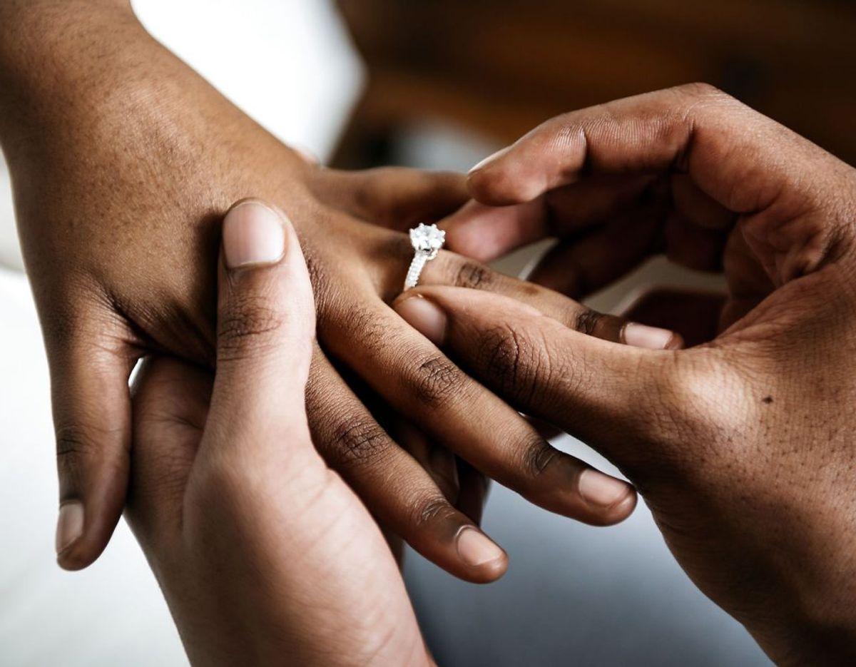 Det bliver dyrere at blive gift: Gebyret for at blive gift stiger fra 870 kroner til 1618 kroner. Og mens det i dag er kommunerne, der kontrollerer papirerne, så overgår opgaven til en central enhed under Statsforvaltningen i Odense. De nye regler skal være med til at forhindre, at udlændinge indgår proformaægteskaber i Danmark.