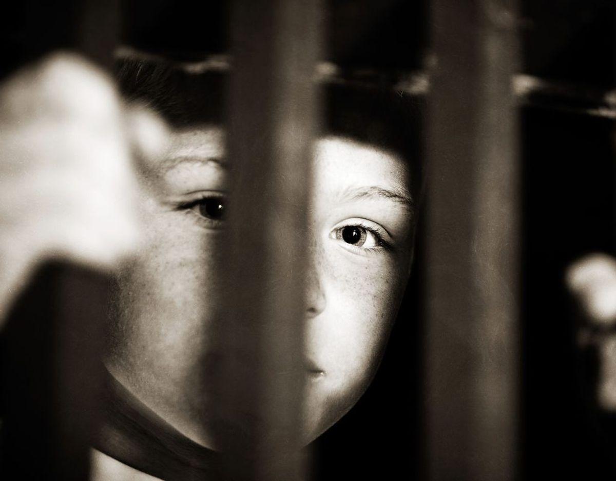 Et nyt ungdomskriminalitetsnævn skal afgøre sager om alvorlig kriminalitet begået af børn i alderen 10 til 17 år: Nævnet består af en dommer, en politimand og en repræsentant fra kommunen, og sammen har de mulighed for at bestemme en sanktion til børnene. Det kan være, at de skal rengøre brandbiler eller den lokale boligforening, at de skal i forbedringsforløb i op til fire års varighed eller anbringes på sikrede institutioner.
