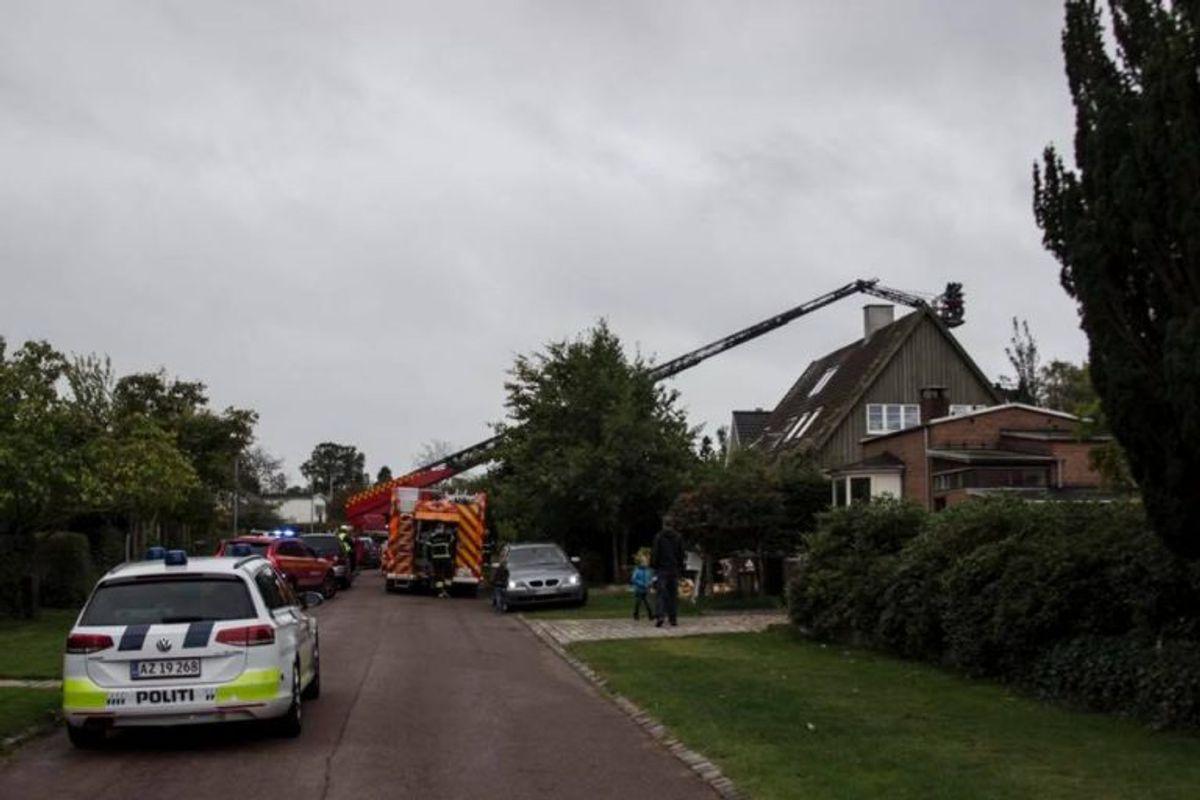 Udlæg er på sit maksimale ved brand i tag på villa i Virum. Foto: Beredskab Øst.