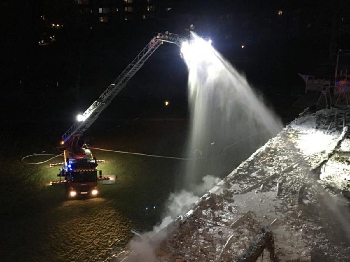 Slukning af tagbrand med CAFS-strålerør fra drejestige. Foto: Beredskab Øst.