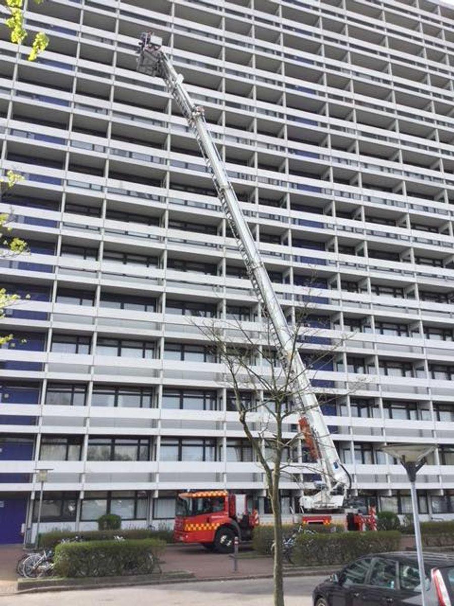 Redningslift rejst i maksimal højde – tæt ved bygningen kan 8. sal nås. Foto: Beredskab Øst.