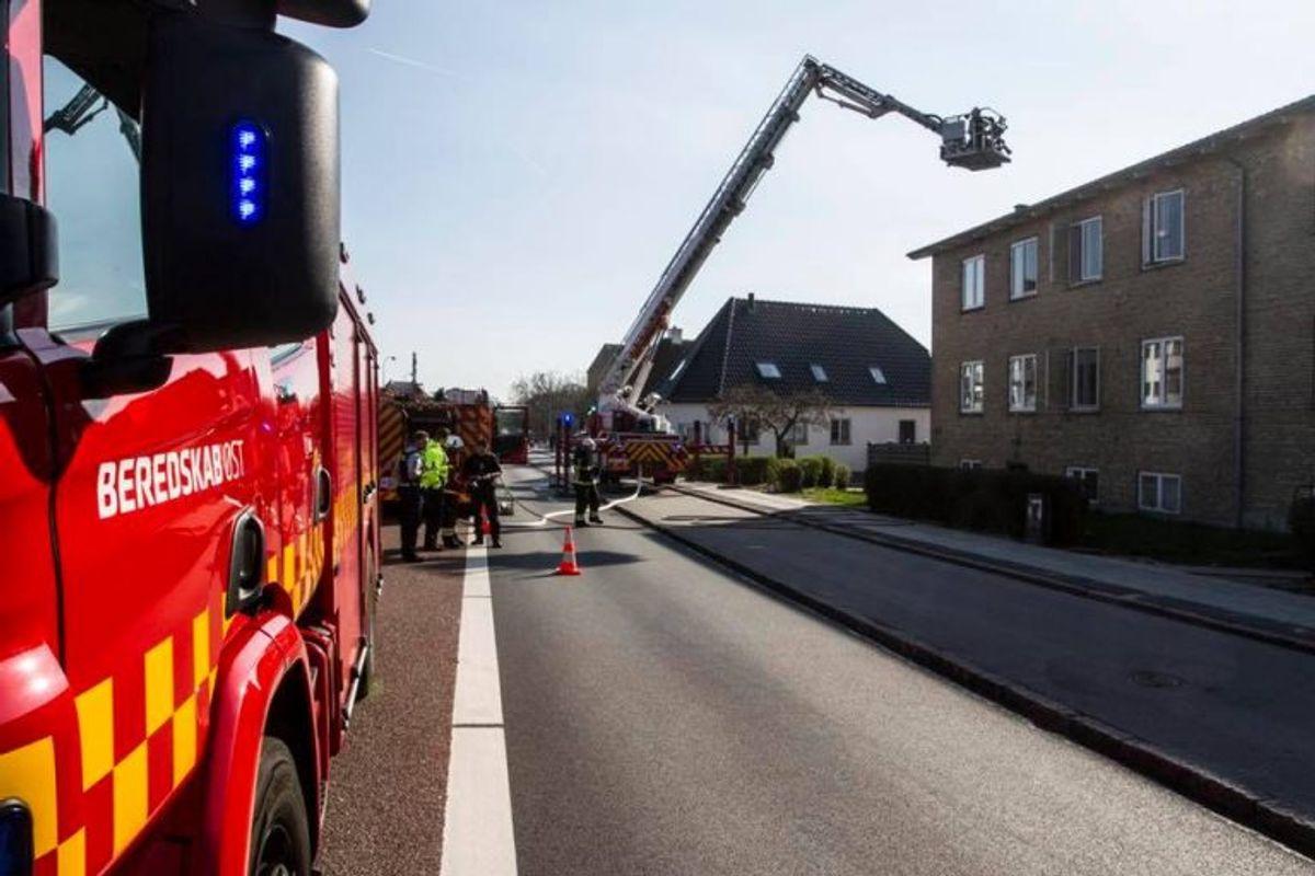 Redningslift rejst ved lejlighedsbrand i Mørkhøj. Foto: Beredskab Øst.