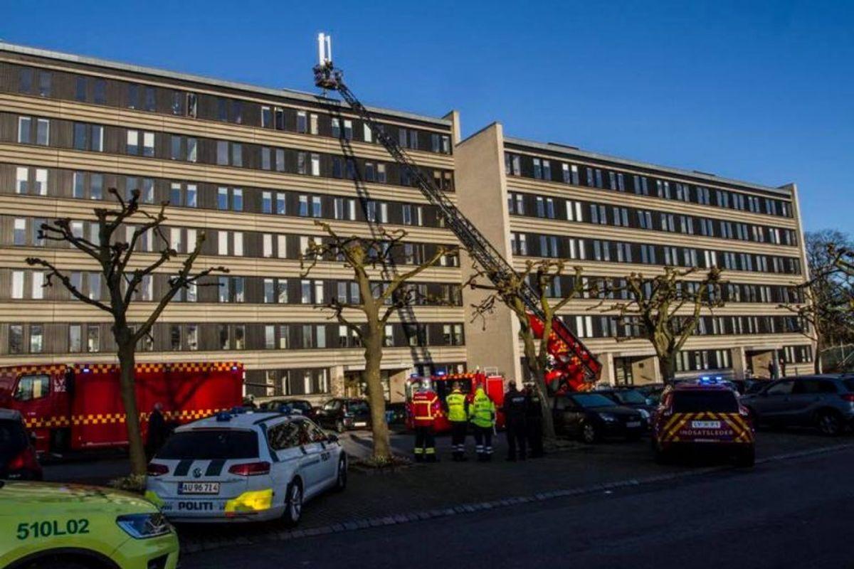 Drejestige rejst for eftersyn af taget efter brand i lejlighed. Foto: Beredskab Øst.