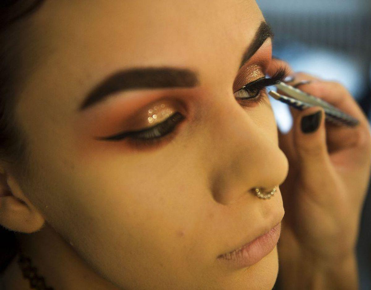 Makeup kan fremkalde hudirritation, hvis produktet indeholder såkaldte petrokemiske stoffer. Foto: Scanpix