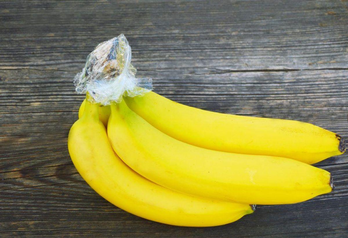"""Et gammelt trick – forsegl """"stænglen"""" på dine bananer, så de undgår luft. (Foto: Shutterstock) KLIK VIDERE OG SE, HVORFOR DU BØR SPISE MASSER AF BANANER."""