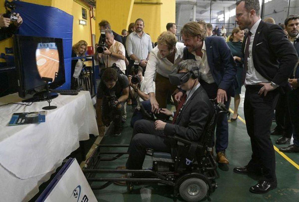 Kronprinsen prøver kræfter med kørestolsfodbold i en virtual reality-maskine. KLIK VIDERE FOR FLERE BILLEDER. Foto: Scanpix