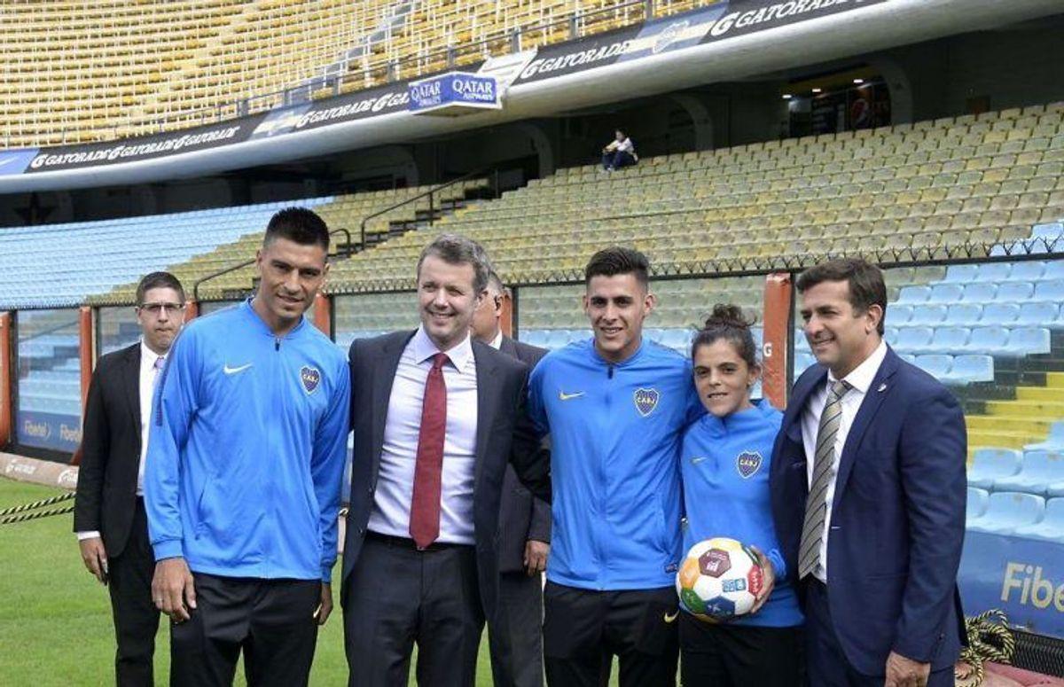 Her ses kronprinsen sammen med Paolo Goltz, Cristian Pavon, Florencia Quinones og klubbens generalsekretær Christian Gribaudo. Foto: Scanpix
