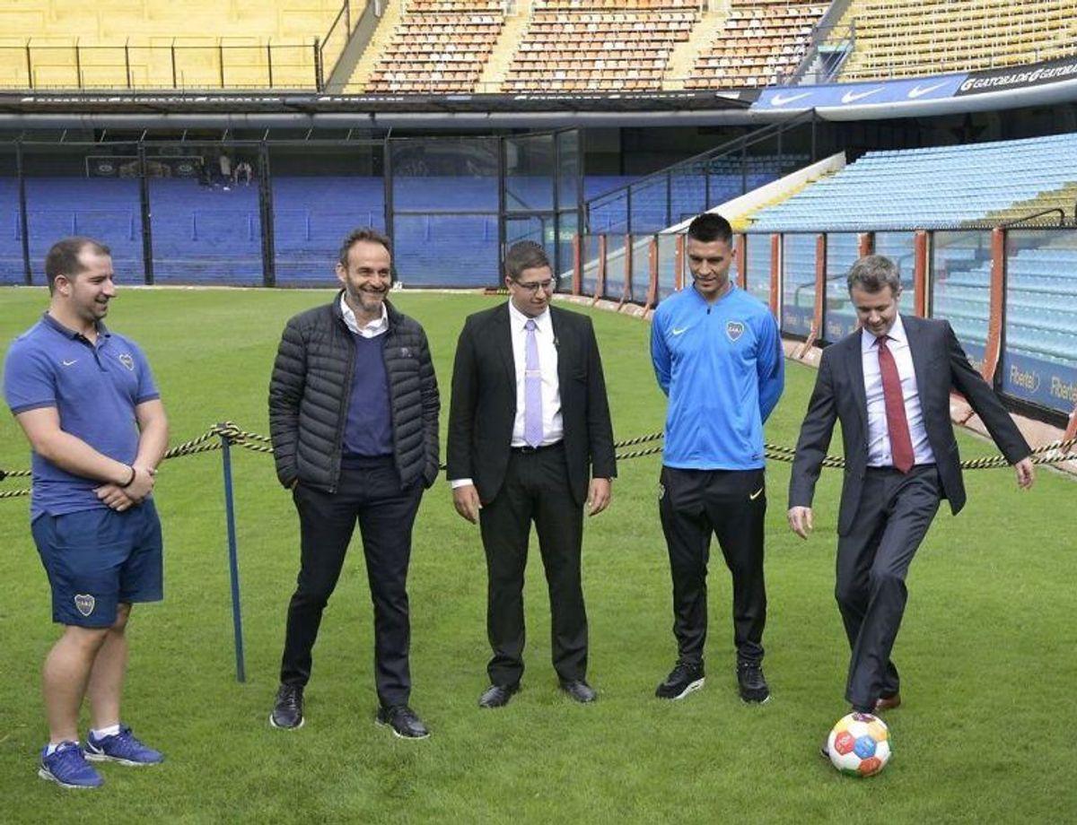 Kronprinsen prøvede kræfter med fodbold hos Boca Juniors. Her mødte han den professionelle fodboldspiller Paolo Goltz (2 t.h) og flere fra klubbens administration. Foto: Scanpix