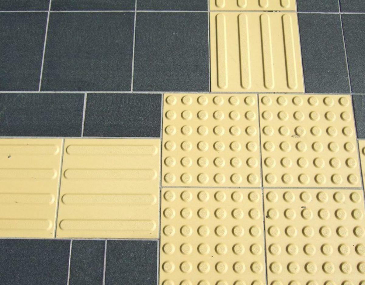 Fliserne med ledelinjer er kommet til fra Japan. Foto: Haragayato/Wikimedia Commons.