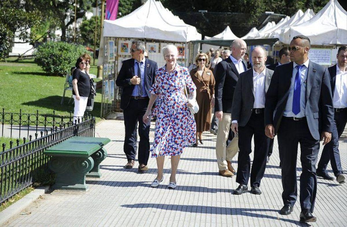 Dronning Margrethe besøger et marked med kunsthåndværk i Recoleta-nabolaget i Buenos Aires. Foto: Scanpix
