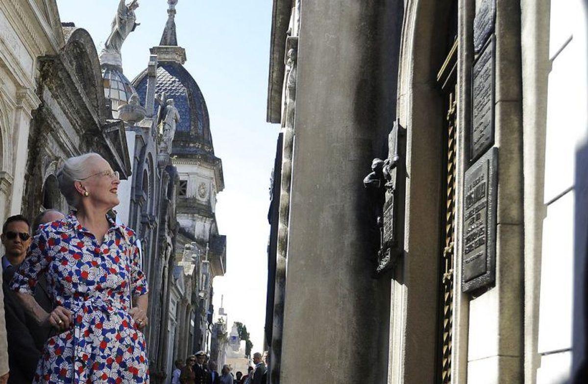 Dronningen tog sig god tid til at se på alskens ting. KLIK VIDERE OG LÆS MERE. Foto: Scanpix