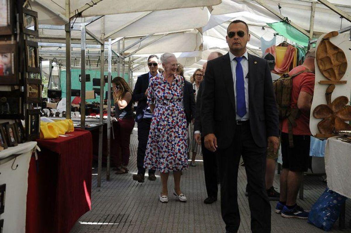 Dronningen havde god tid til at nyde varer og lokalbefolkningens håndværk. Foto: Scanpix