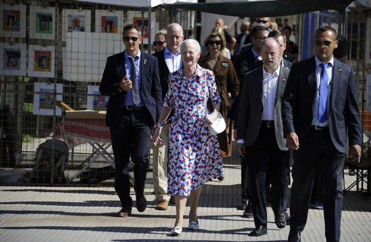 Der er et stort hold med omkring dronningen. Foto: Scanpix